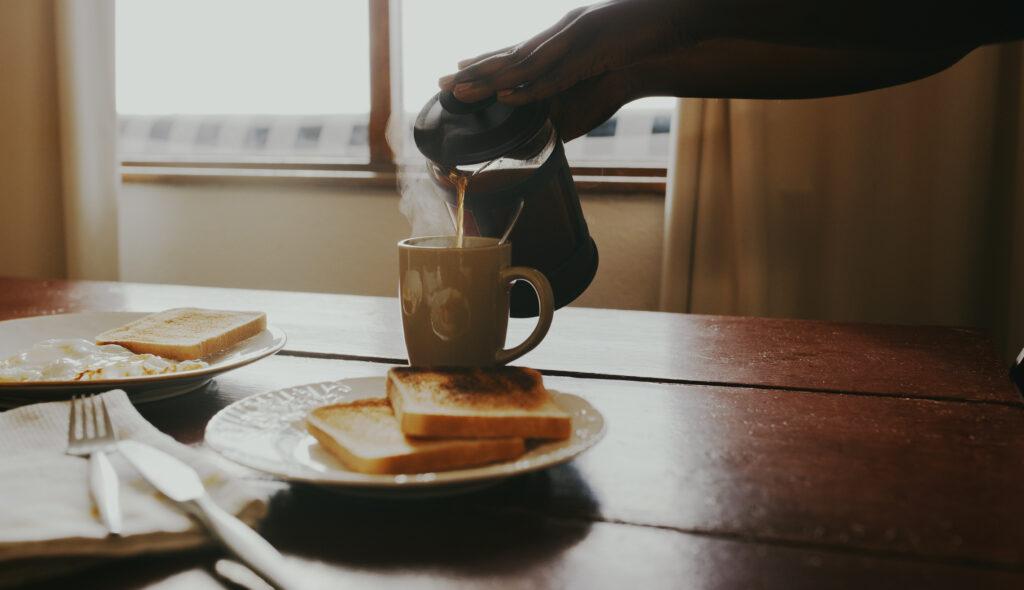 朝ごはん:パン・牛乳・たまご・コーヒー